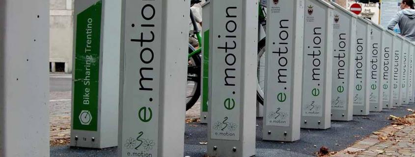 Onverzekerde maaltijdbezorger op e-bike (elektrische fiets)